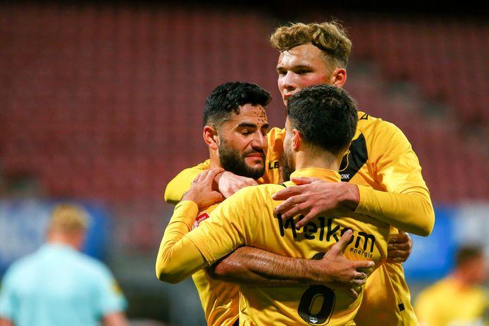El Allouchi en Van Hooijdonk vieren de 1-2 met doelpuntenmaker Dogan