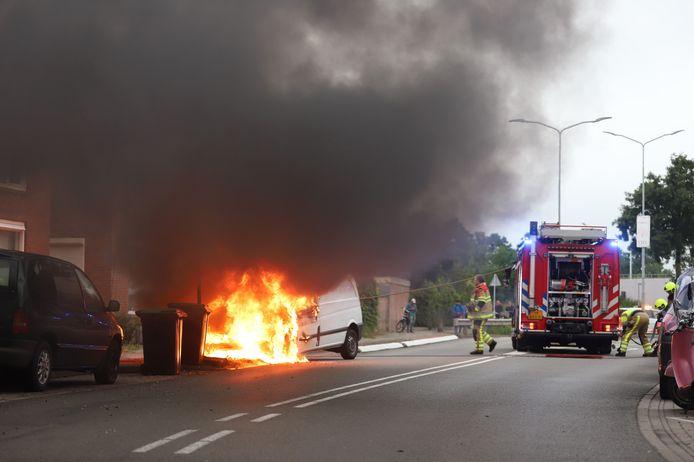 Een bestelbus staat in brand op de Westroijensestraat in Tiel.