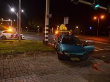Auto ramt verkeerslicht in Almelo; bestuurder gewond