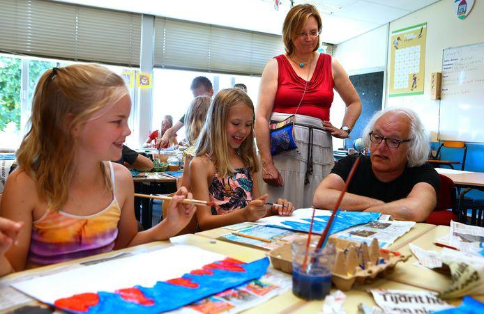 Tom van Campenhout van De Kunstplaats in Leerdam geeft een gastles rondom kinderarbeid in de glasfabriek bij CBS De Rank in Meerkerk, samen met Cintha de Vreede.