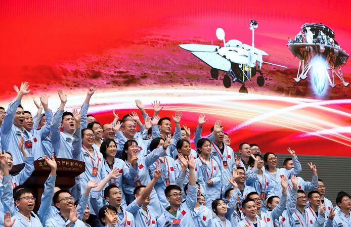 Blijdschap bij de vluchtleiding in Peking na de succesvolle landing van de Zhurong.
