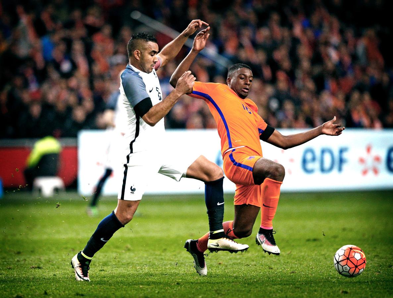 Riechedly Bazoer voor Oranje in actie tegen Dimitri Payet.