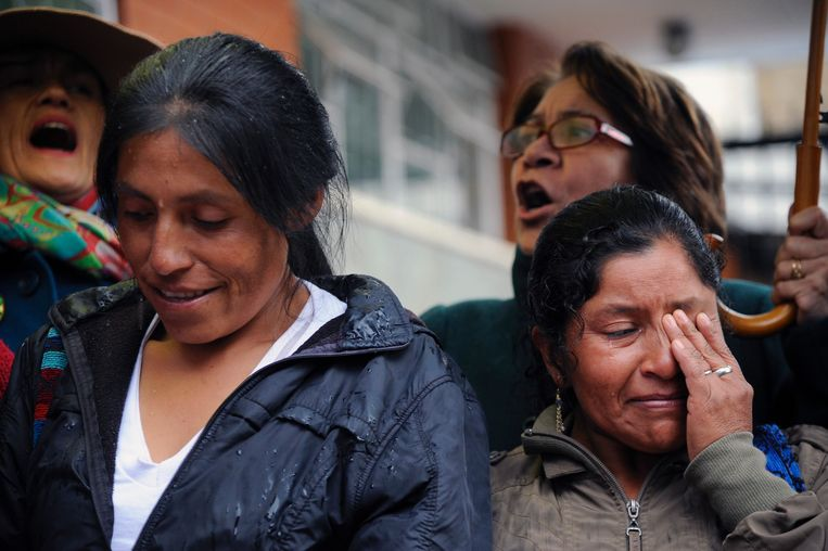 Women cry and others shout slogans during a tribute to Cuban historic revolutionary leader Fidel Castro at the Cuban embassy in Bogota, on November 26, 2016 a day after the former Cuban president's death in Havana. Cuban revolutionary icon Fidel Castro died late Friday in Havana, his brother, President Raul Castro, announced on national television. Castro's ashes will be buried in the historic southeastern city of Santiago on December 4 after a four-day procession through the country. / AFP PHOTO / Guillermo LEGARIA Beeld AFP