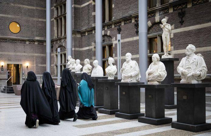 Vrouwen gekleed in een nikaab, voor aanvang van een debat in de Tweede Kamer over gezichtsbedekkende kleding