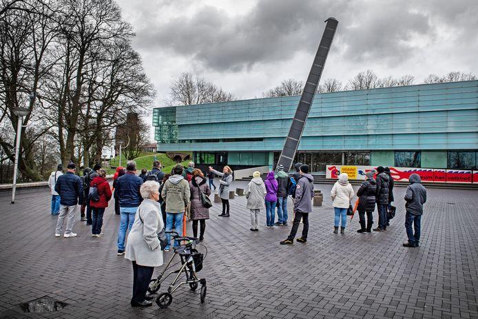 Touristen van een Duits cruiseschip krijgen een stadstour van zelfstandig gids Marielle Dekkers in Nijmegen.