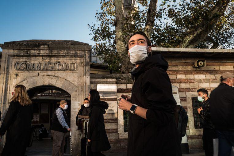 Semih Çöre, directeur van Ateizm Dernegi, wandelt langs de Osman Aga-moskee in Kadiköy, de wijk in Istanbul waar hij woont. Beeld Nicola Zolin