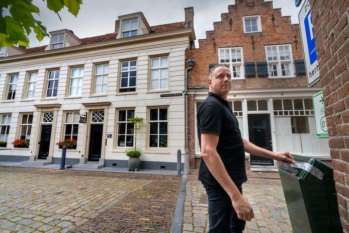 Peter Klerx bij de afgeplakte afvalbak in de Drietrompetterstraat in Heusden.