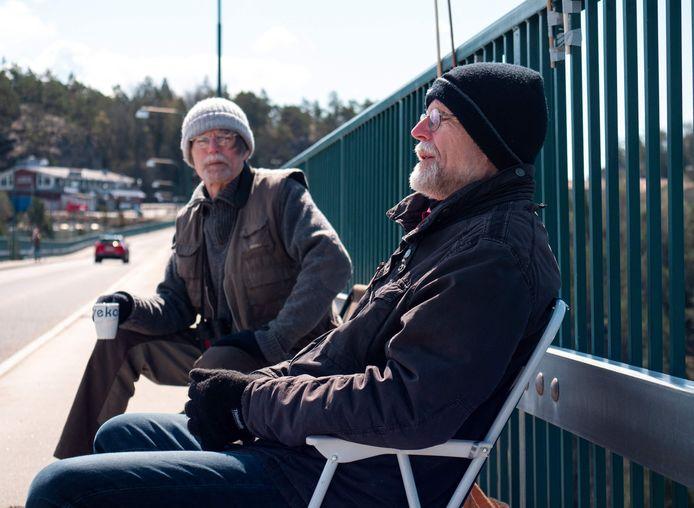 Pontus (l) and Ola Berglund tijdens hun wekelijkse afspraak op de Svinesund-brug.