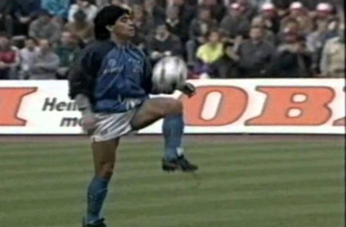Diego Maradona jongleert.