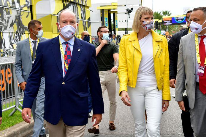 Le prince Albert II de Monaco et la princesse Charlène durant le 1er jour du Tour de France 2020 à Nice, le 29 août 2020.
