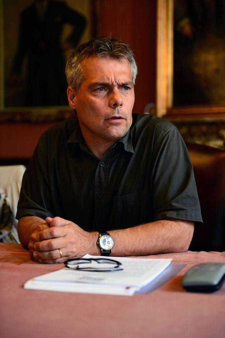 Viroloog Zeger Debyser (KU Leuven) van het Comité voor Bio-ethiek: 'Van ouderen en kwetsbaren weten we dat ze vaker ziek worden of sterven. Die groepen vaccineren zal dus een onmiddellijk effect hebben op de ziekte- en sterftecijfers. Jongeren vaccineren heeft dat effect niet.' Beeld Patrick Vertommen