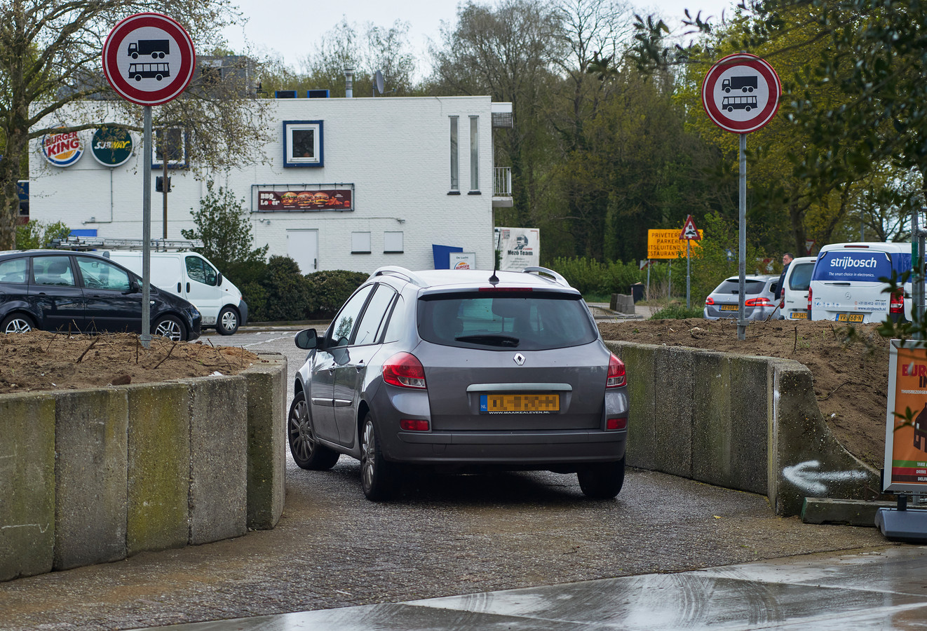 Een auto rijdt door de smalle sluis het voorterrein van wegrestaurant De Lucht op.