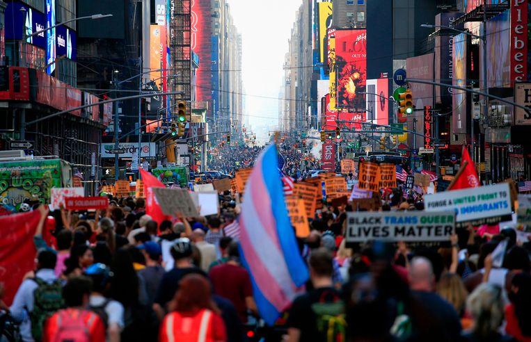 Inwoners vieren de overwinning van Joe Biden in de straten van Manhattan. Beeld AFP