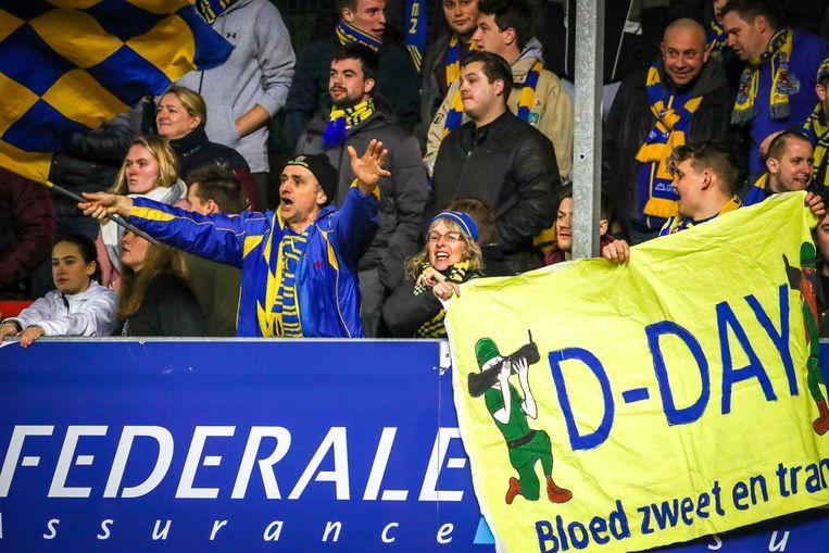 De supporters van Waasland-Beveren tijdens de laatste wedstrijd van het seizoen, op Moeskroen.
