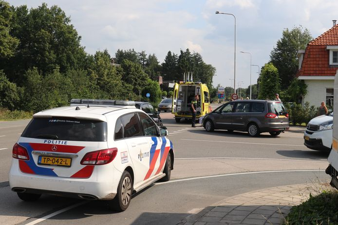 De wielrenner is meegenomen door een ambulance.