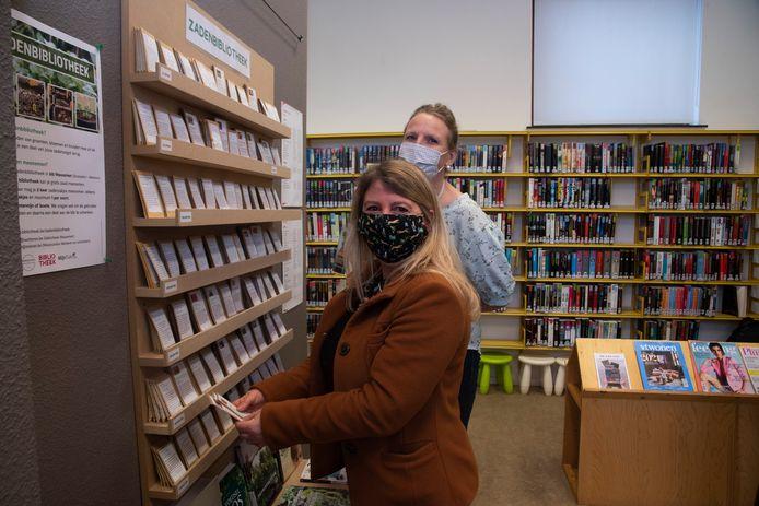 Natasja en Els aan de zadenbibliotheek.