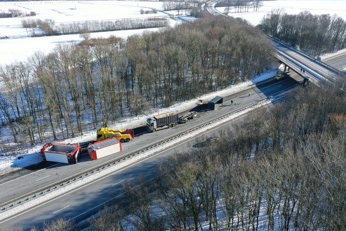 Luchtfoto van het ongeluk op de A50 bij Hernen.
