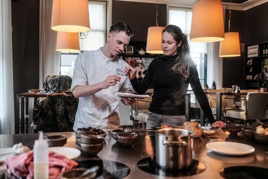 Chef-kok Bjorn Massop van restaurant Villa Ruimzicht in Doetinchem proeft samen met een gaste van een reebiefstuk, op smaak gemaakt met knoflook en geoxideerde champignon. Foto's Jan van den Brink