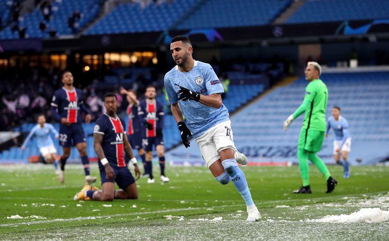 Riyad Mahrez viert het eerste van zijn twee doelpunten voor Manchester tegen PSG. Beeld AP
