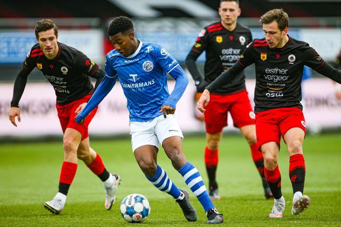 Dhoraso Moreo Klas wordt omsingeld door drie tegenstanders in de uitwedstrijd van FC Den Bosch tegen Excelsior op 30  januari (4-4).