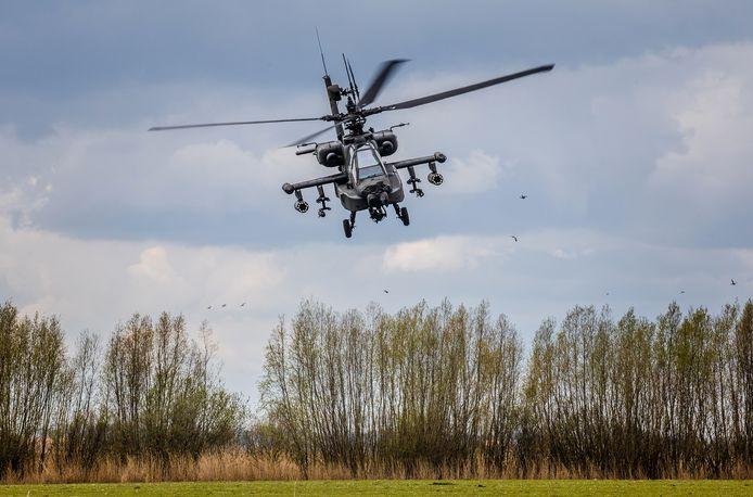 Apache-helikopters oefenen tijdens het broedseizoen boven een natuurgebied in Strijen.