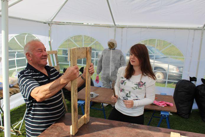 Wilfried Van Rostenberghe zette zich de voorbije jaren in om jongere wijkbewoners te leren hoe ze een Kovekenspop maken.