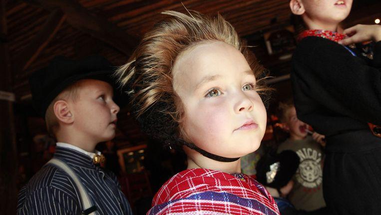 Kinderen uit Staphorst in traditionele kledij. Beeld ANP