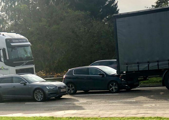 De Peugeot van de vrouw werd door de witte truck onder de andere vrachtwagen geduwd.