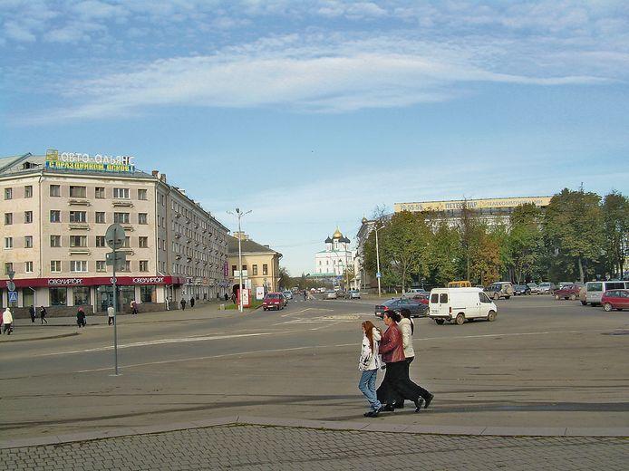 Mensen wandelen door de straten van Pskov.