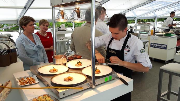 Wayne Kropman uit Den Bosch, kok bij De Heer Kocken in Vught, maakt de borden op.