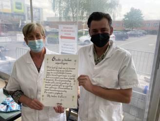 Vrijwilligers Lokers vaccinatiecentrum ontvangen oorkonde van dankbare burger