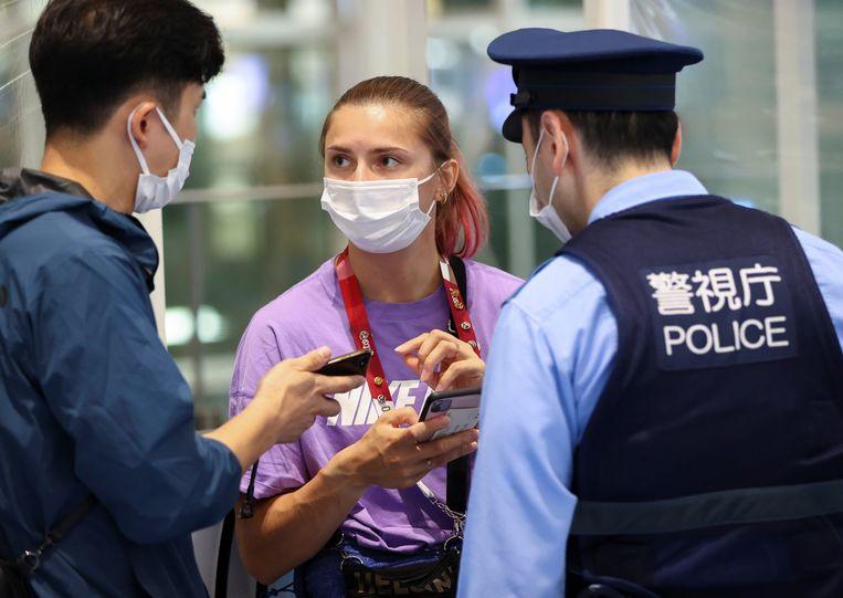 Kristina Tsimanoeskaja zocht deze namiddag hulp bij de politie van Japan op de luchthaven van Tokio. Beeld REUTERS