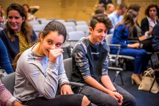 De Armeense kinderen Lily en Howick tijdens de zitting van de Raad van State over hun asielprocedure.