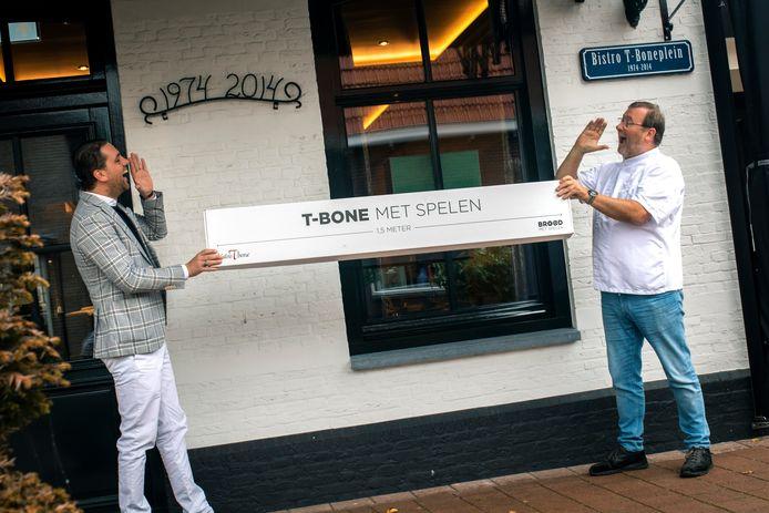 Robert Jan Steenhagen van Brood met Spelen (links) en Jan Roetgering (Bistro T-Bone) doen er alles aan om toch nog een positieve draai aan de crisis te geven, met hun 1,5 meterbox.