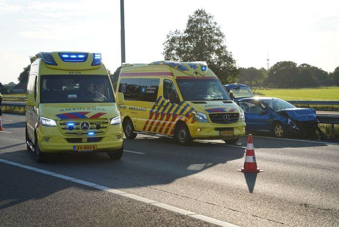 Twee ambulances staan na het ongeval stil naast één van de getroffen auto's.