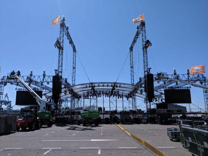 Het podium voor The Beach Boys komt van de grond.
