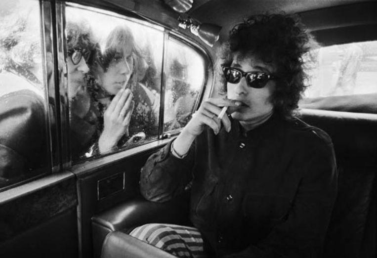 1966. Londense fans proberen een glimp van Dylan op te vangen. Beeld Barry Feinstein