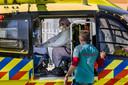 Het Albert Schweitzer ziekenhuis moet diverse coronapatiënten naar ziekenhuizen elders in het land verplaatsen, omdat er niet genoeg plek is.