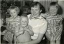 'Voorleesmoeder' Klazien met de drie oudste kinderen in 1957.