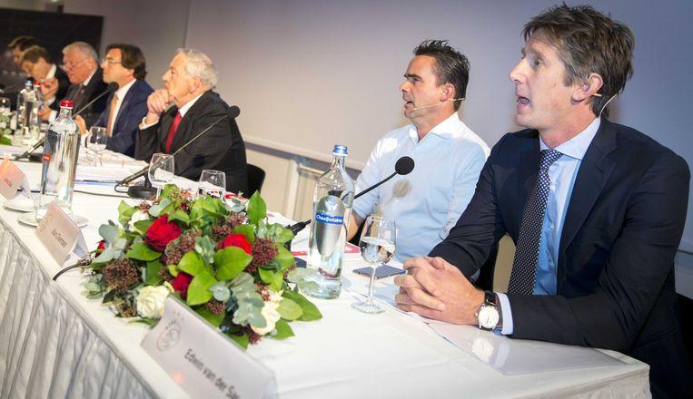 2015-11-13 15:06:19 AMSTERDAM - Marc Overmars, directeur voetbalzaken en Edwin van der Sar, directeur marketing bij Ajax voorafgaand aan de algemene vergadering van aandeelhouders van Ajax. ANP JERRY LAMPEN Beeld null