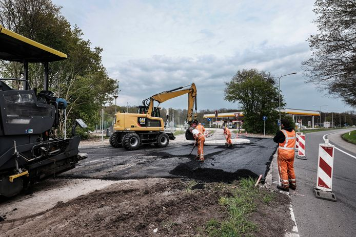 De nieuwe parkeerplaats langs de A12 werd maandag geasfalteerd