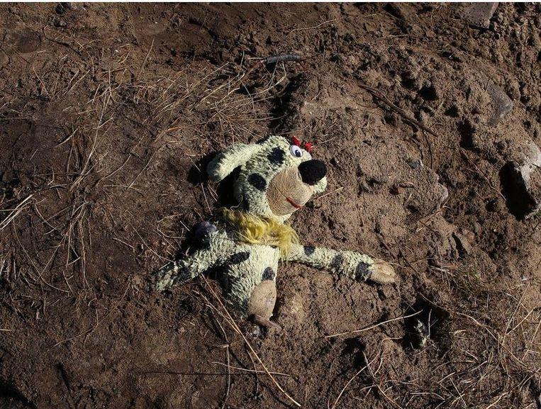 Het pluchen speeltje van een kind na de ontruiming van een deel van het kamp in Calais. Beeld ap