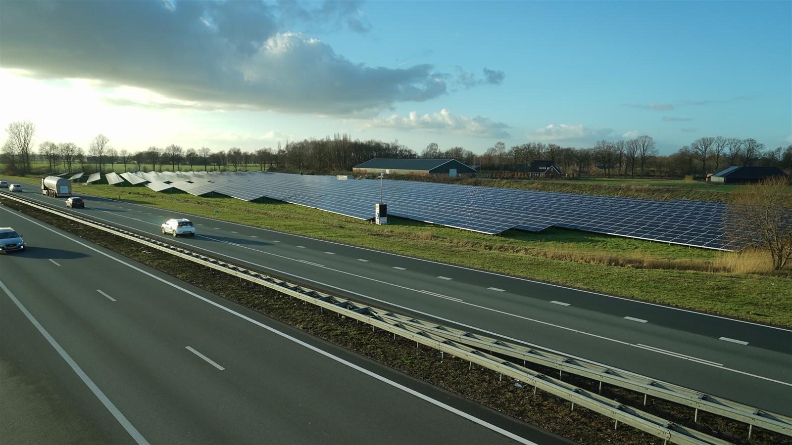 Een zonnepanelenveld langs de A50 bij Veghel.