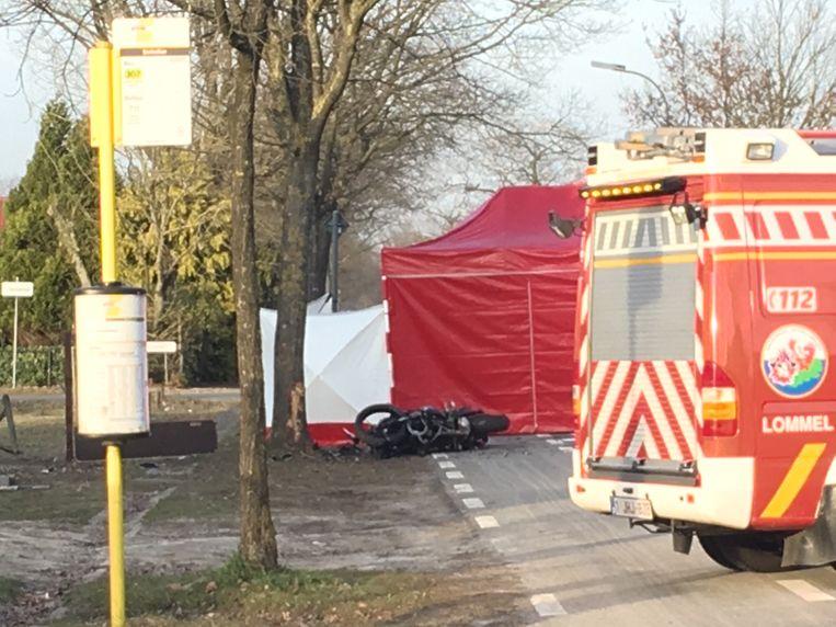 Op de plaats van het ongeval werd een tent opgesteld voor het slachtoffer.