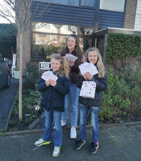 Deze drie meiden uit Reeuwijk maken kaarten voor coronapatiënten en eenzame ouderen