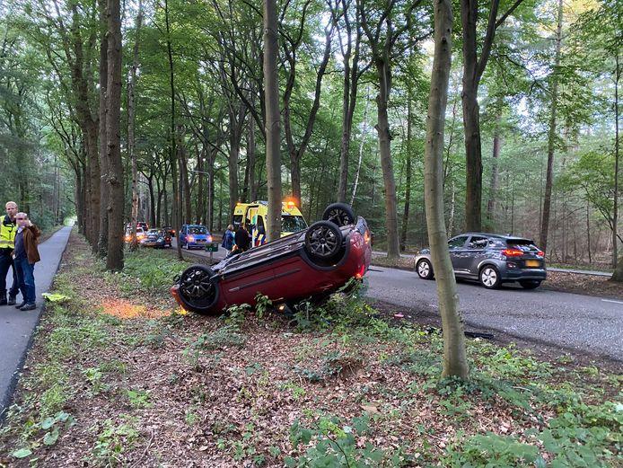 Zo lag de auto er na het ongeval bij in de berm van de Garderenseweg in Putten. De andere auto's op de foto waren niet betrokken bij het ongeval.