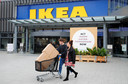 Een bekend beeld, sjouwen met Ikea-dozen. Als het aan de Zweedse meubelgigant ligt, blijven de grote woonwarenhuizen zeker bestaan, maar wordt er ook volop geld gestopt in de ontwikkeling van online shoppen.