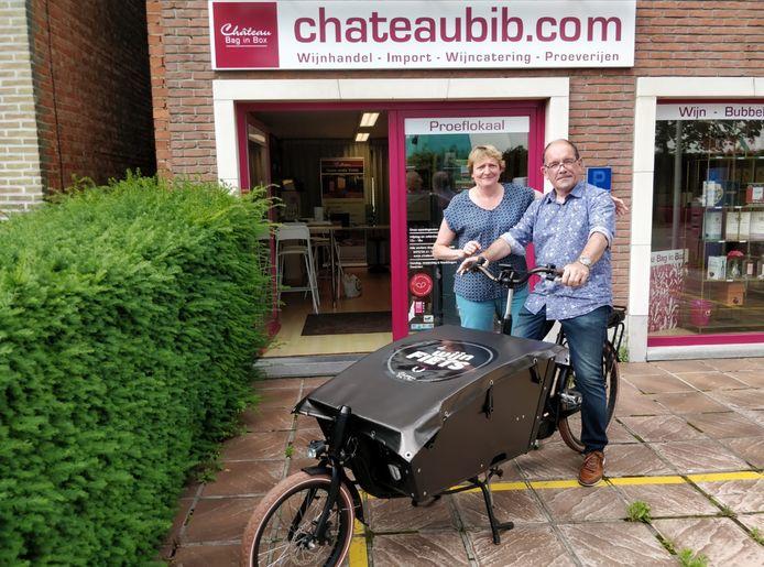 Chris De Baets op zijn 'wijnfiets' waarmee hij zijn producten aan huis levert in Leuven en omstreken.