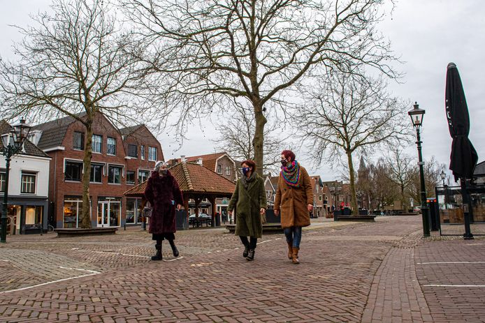 Mensen dragen een mondkapje op het Spuiplein in Bunschoten.