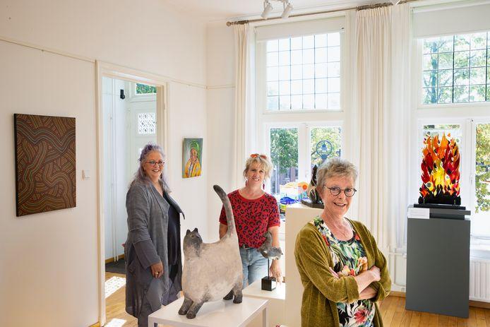 De zussen Diana, Nina en Joanita Swinkels (vlnr) exposeren samen bij het Oude Raadshuis.